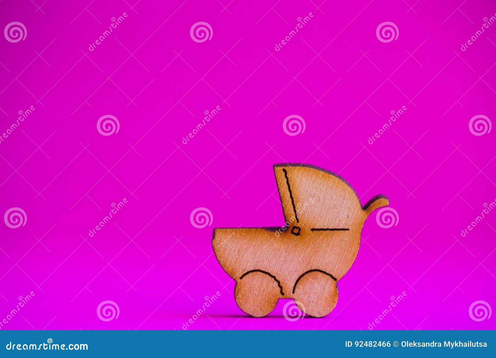 Drewniana ikona dziecko powozik na ciemnopąsowym tle