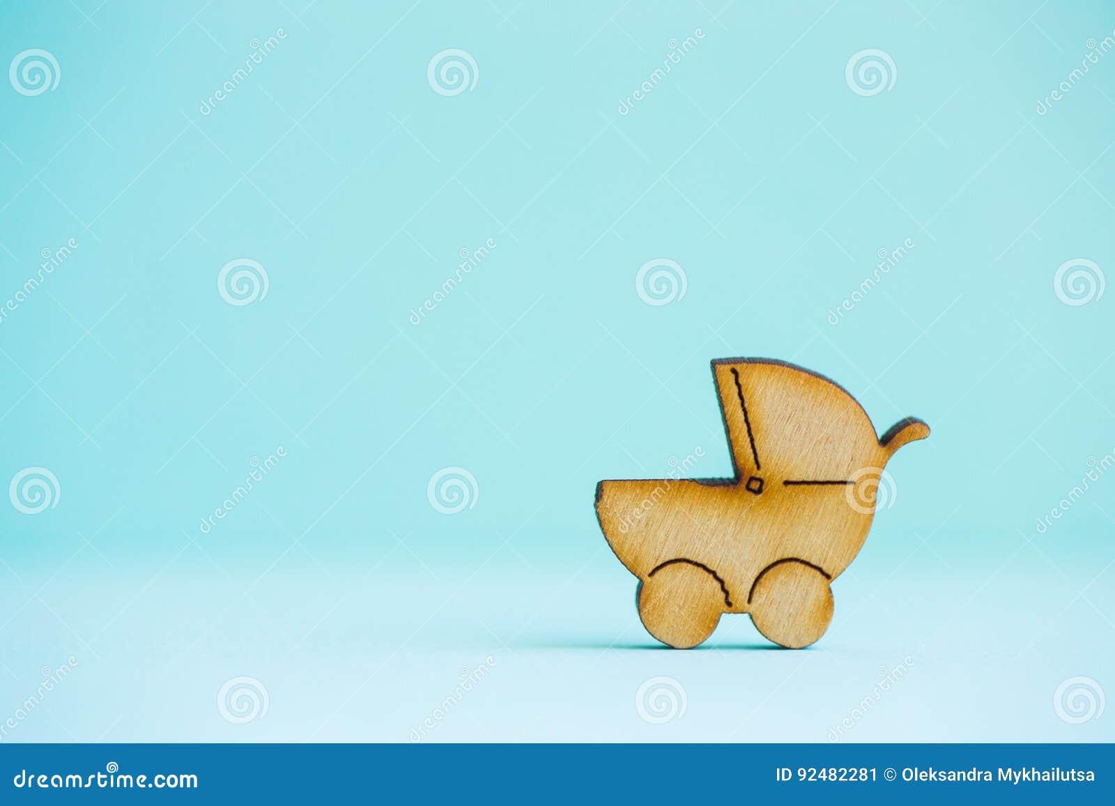 Drewniana ikona dziecko powozik na nowym tle