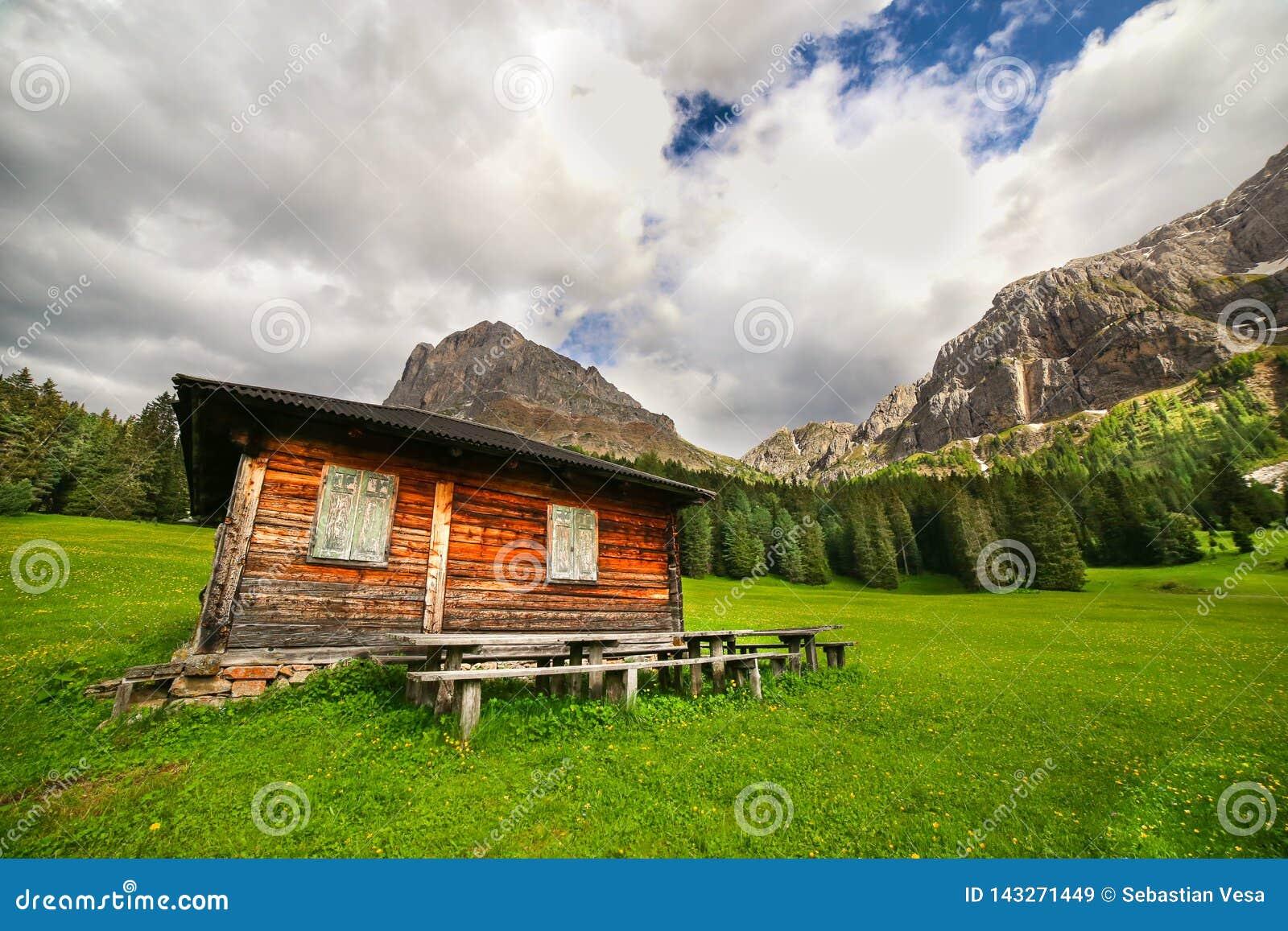Drewniana kabina na łące w dolomitach