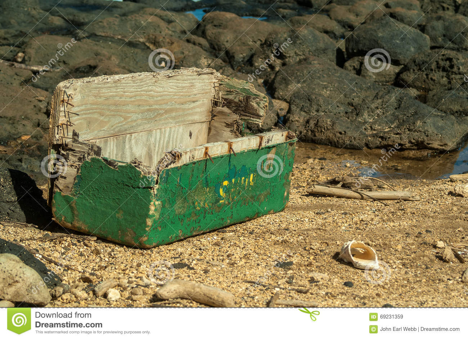 Drewniana klatka piersiowa kasłał up ocean głębiami
