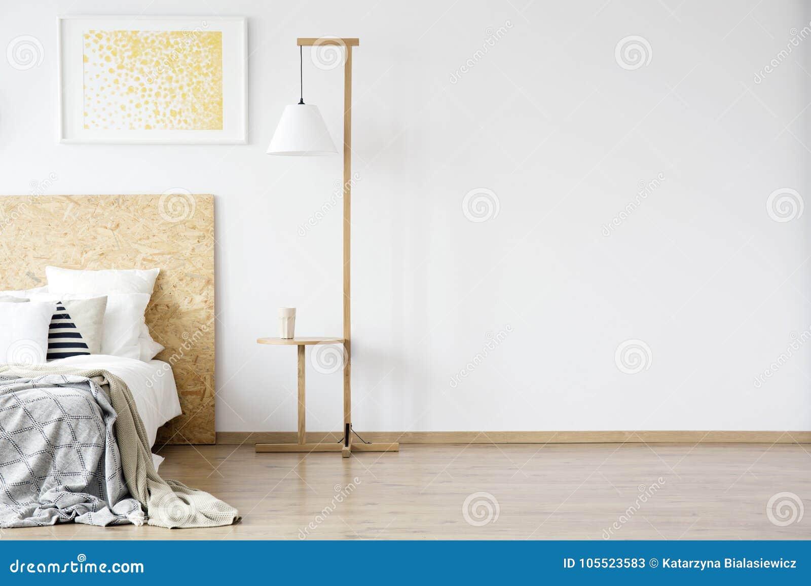 Drewniana Lampa W Ciepłej Sypialni Obraz Stock Obraz
