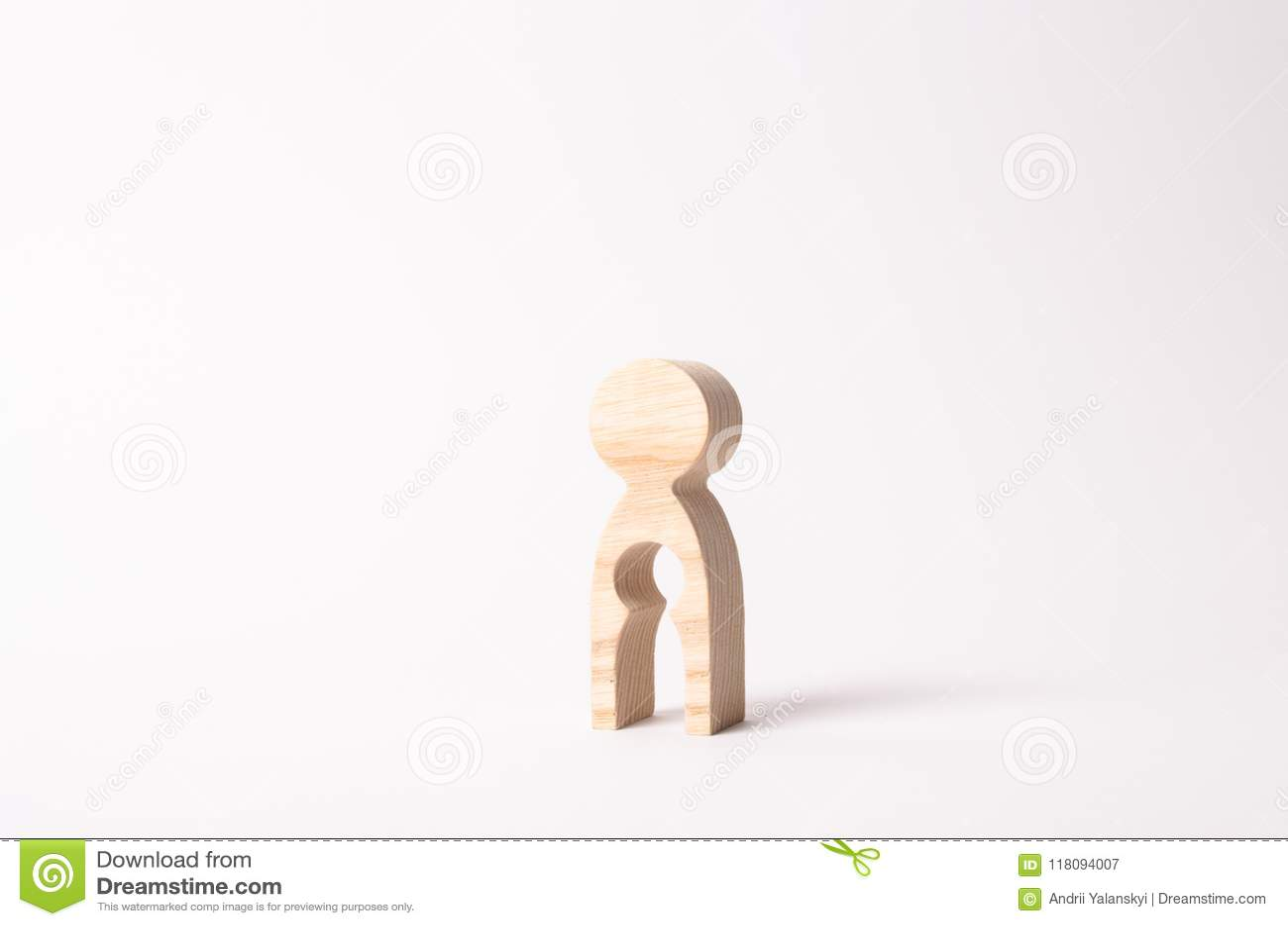 Drewniana postać kobieta z pustką inside w formie dziecka Pojęcie strata dziecko, aborcja brzemienność