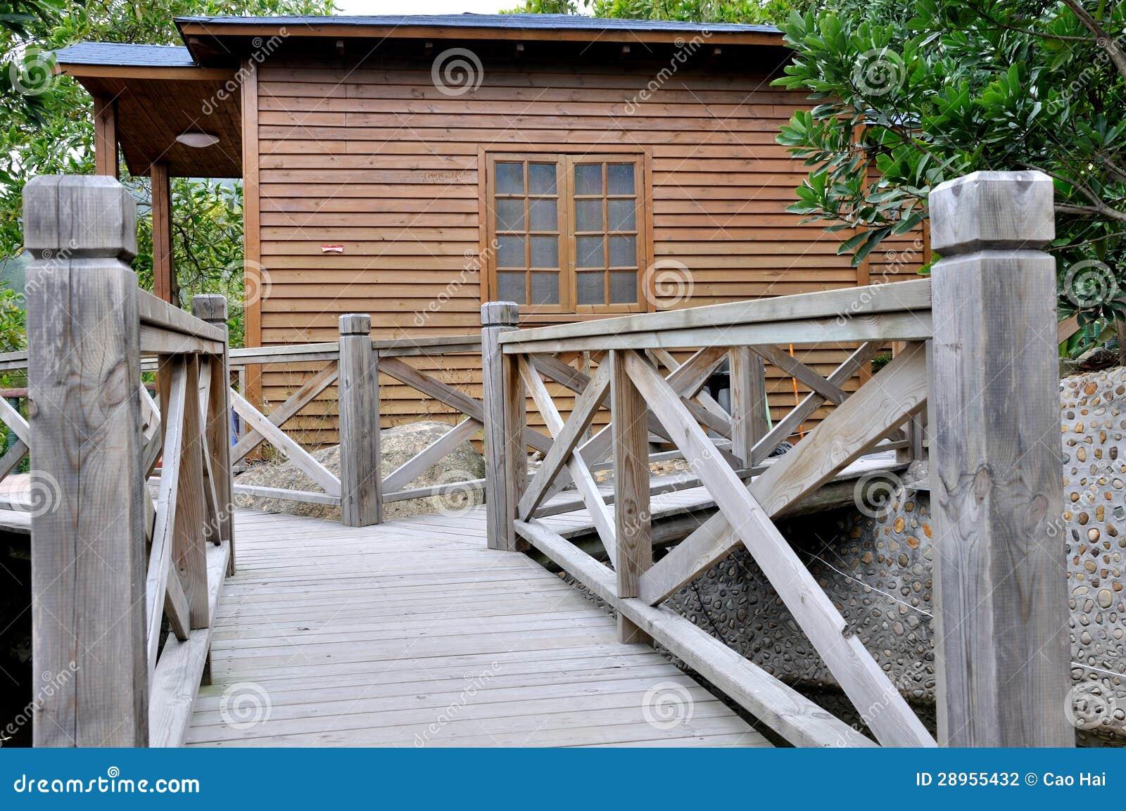 Drewniana willa i ogród
