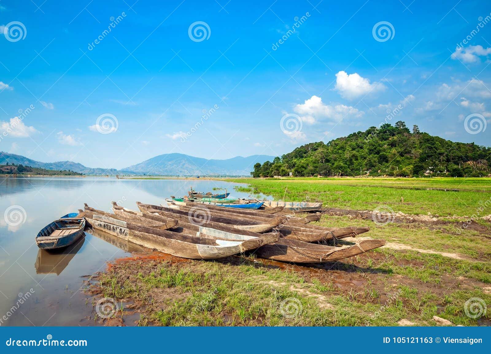 Drewniane łodzie na jeziorze