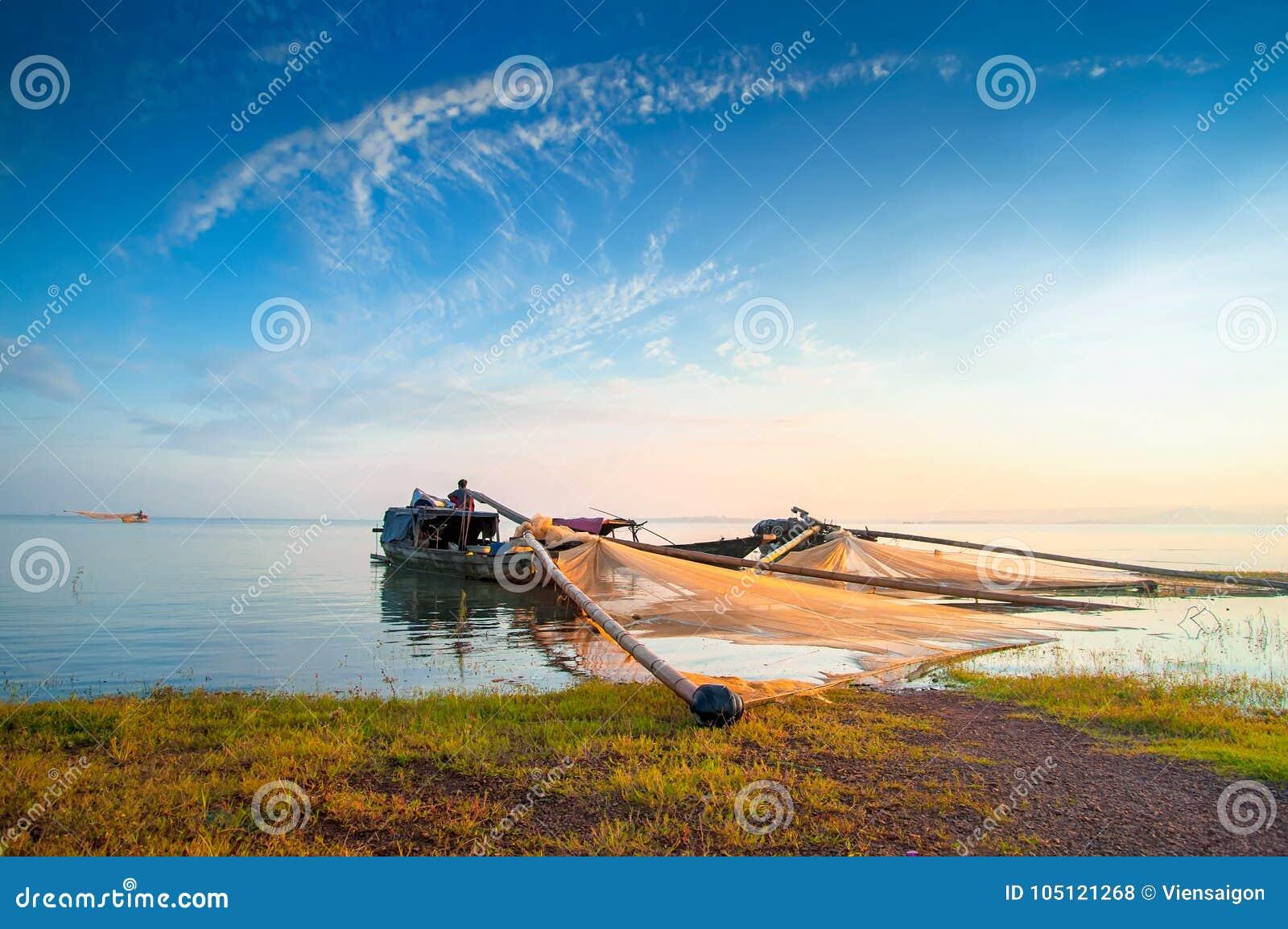 Drewniane łodzie na Tri jezioro