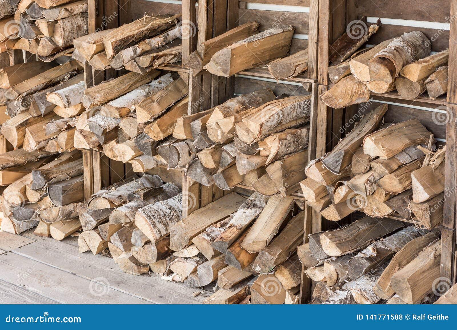 Drewniane bele przechują w drewnianych pudełkach na ścianie suszyć