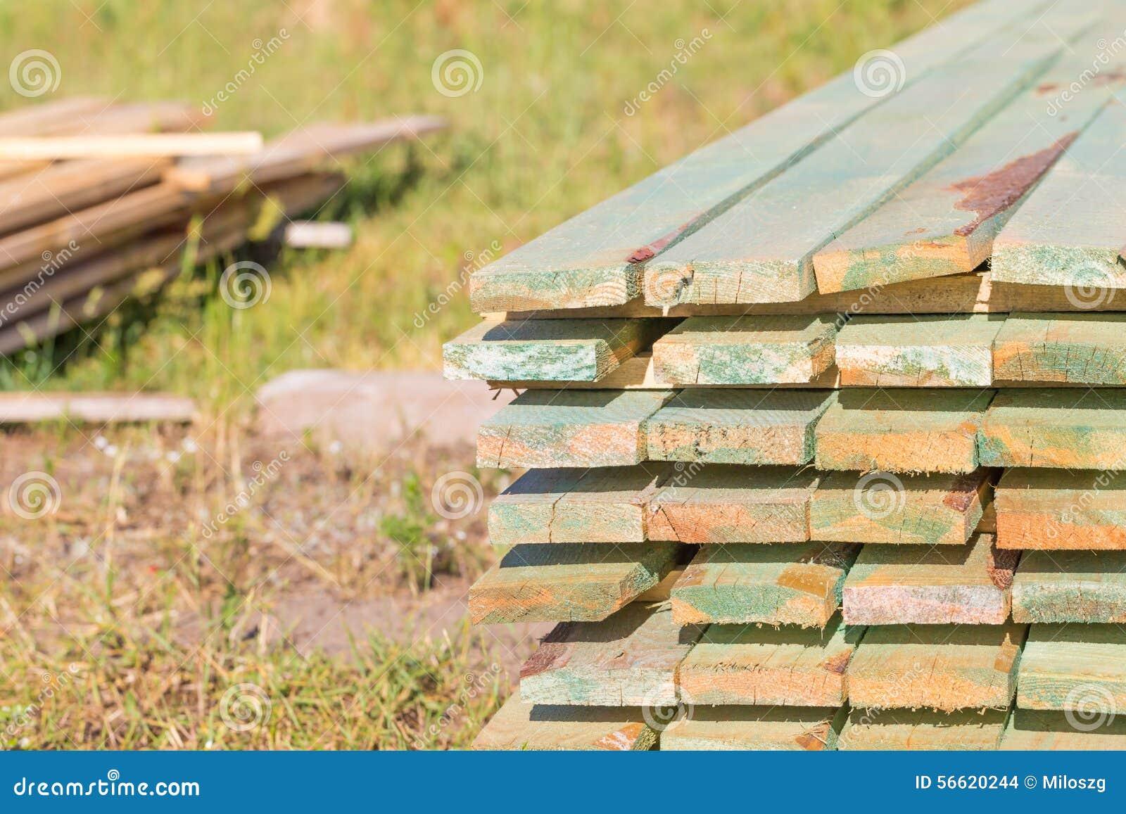 Drewniane deski od tartaka dla domu zadaszają budowę