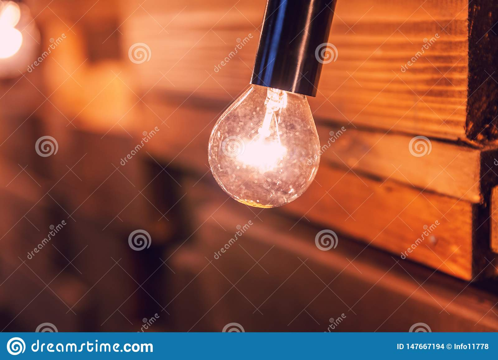 Drewniane deski z lampy t?em Dekoruj?cy wewn?trzny pok?j z z?ocistymi ?wiat?ami