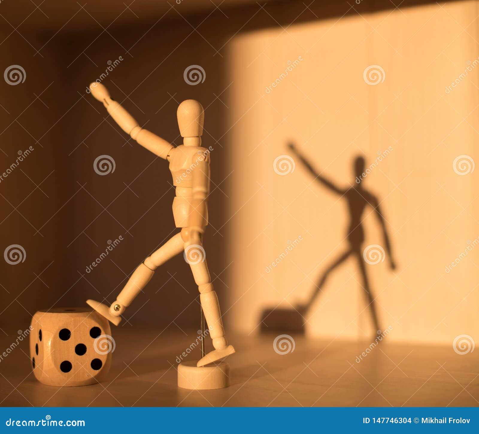 Drewniane kostki do gry sze?cian i m??czyzna ciska cie? ?ycie ci?gle konceptualny Abstrakcja zwyci?stwo