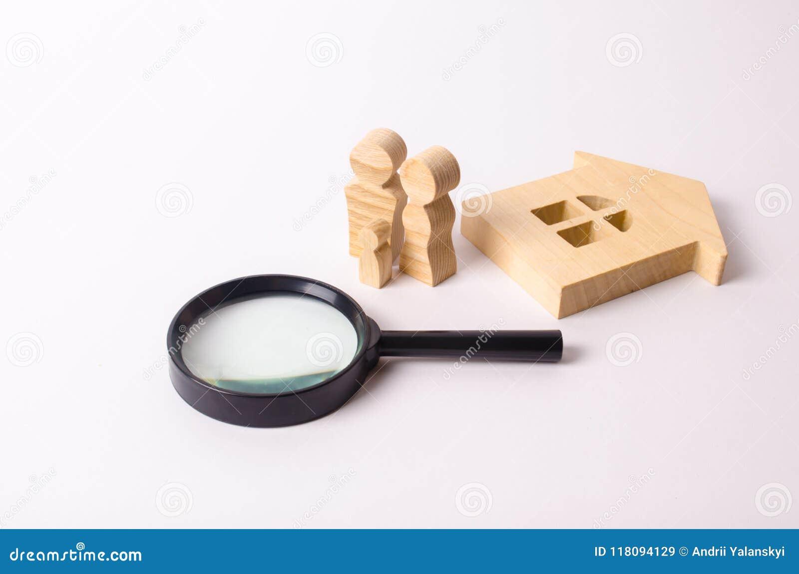Drewniane postacie ludzie stoją blisko drewnianego domu i powiększać - szkło Pojęcie domowa rewizja, kupienie i sprzedawanie,