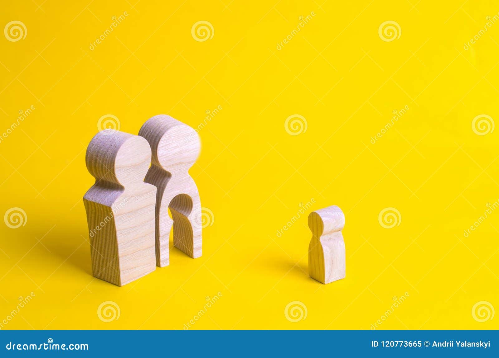 Drewniane postacie mężczyzna i kobieta z pustką wśrodku ciała w postaci dziecka Nieurodzajność w parze Strata pojedynczy