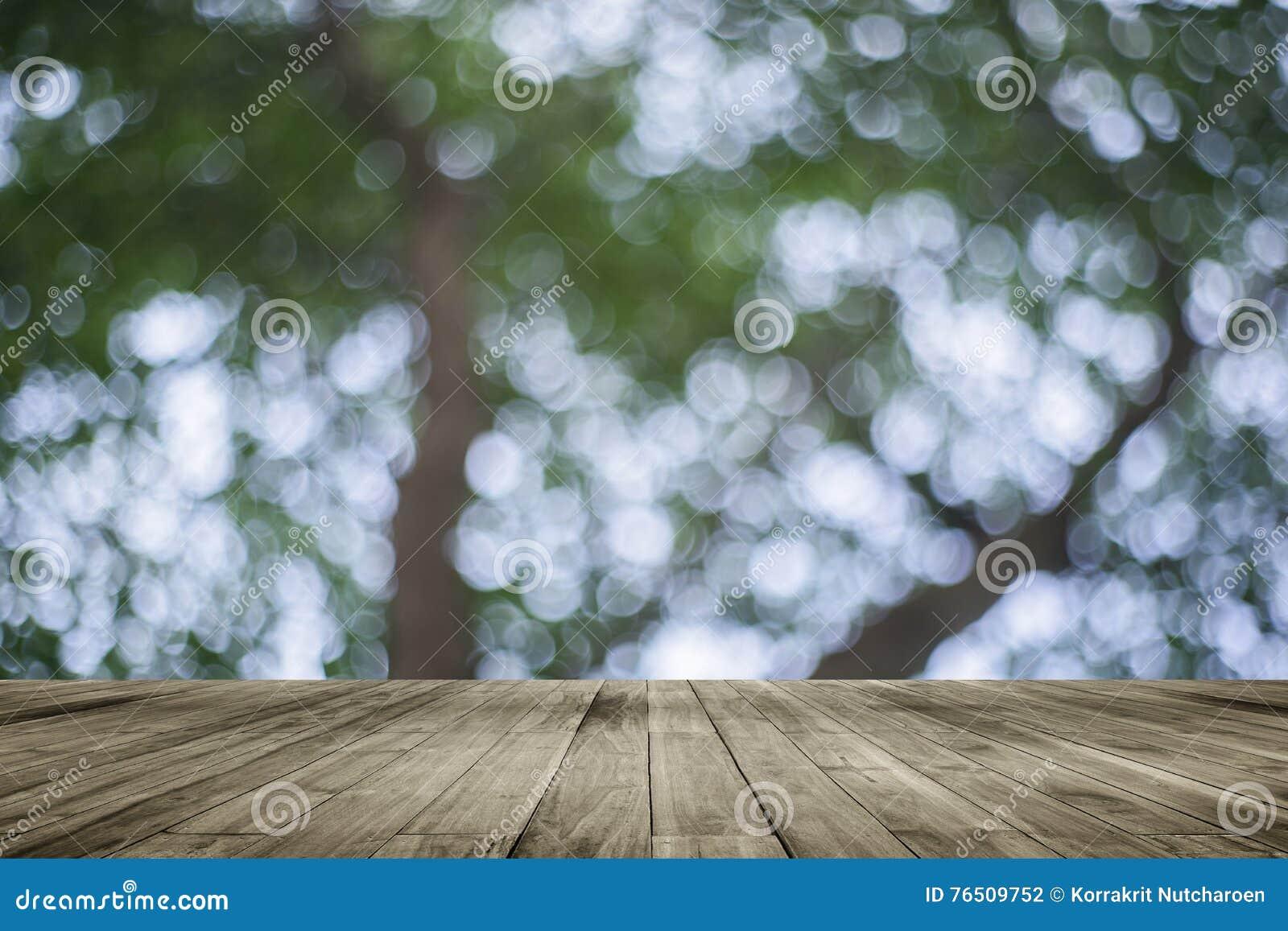 Drewnianej deski pusty stół przed naturalnym zamazanym tłem Perspektywiczny brown drewno nad bokeh drzewo
