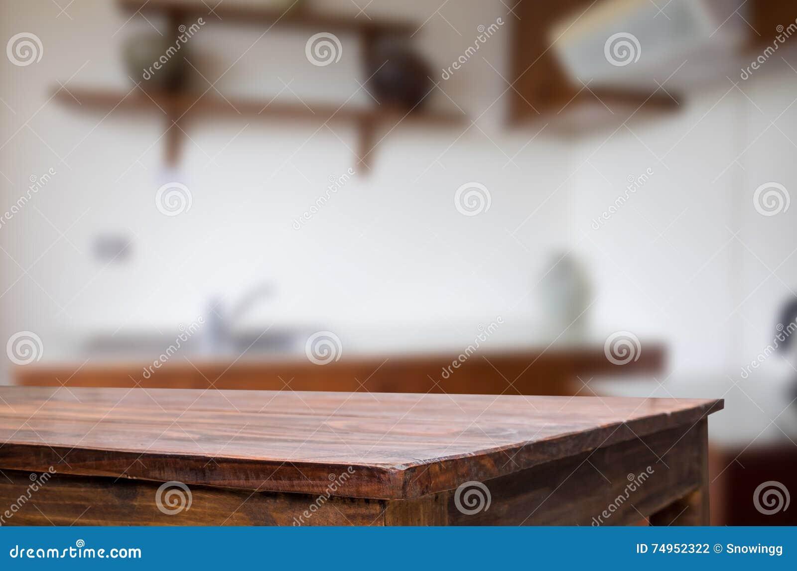 Drewnianej deski pusty stół przed zamazanym tłem Perspec