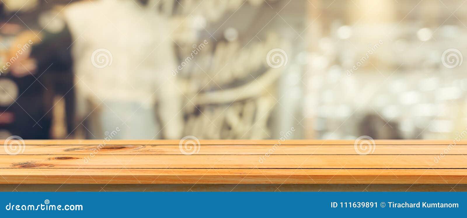 Drewnianej deski pusty stołowy odgórny zamazany tło Perspektywiczny brown drewno stół nad plamą w sklep z kawą tle