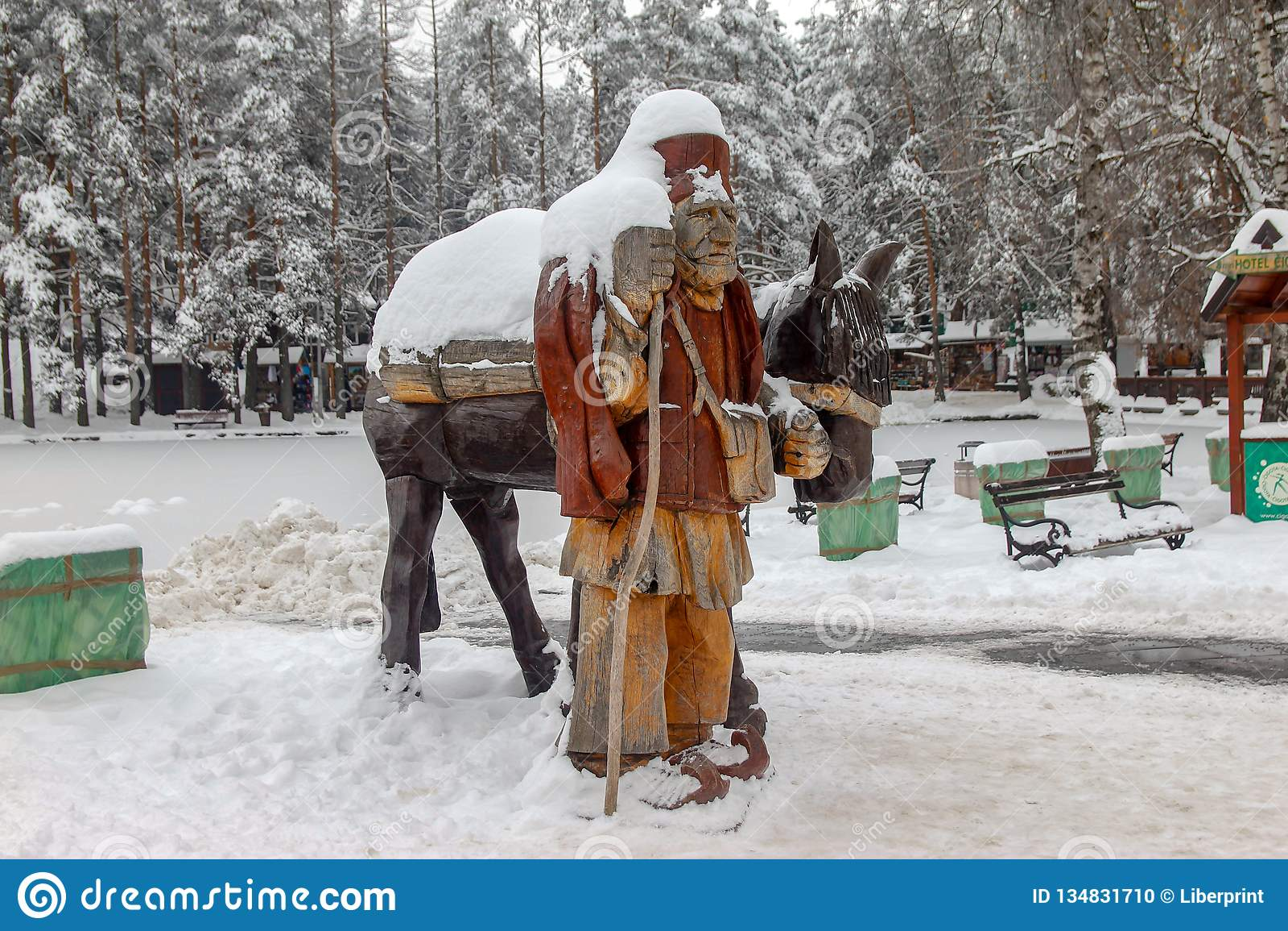 Drewnianej rzeźby wioski stary mężczyzna z osłem