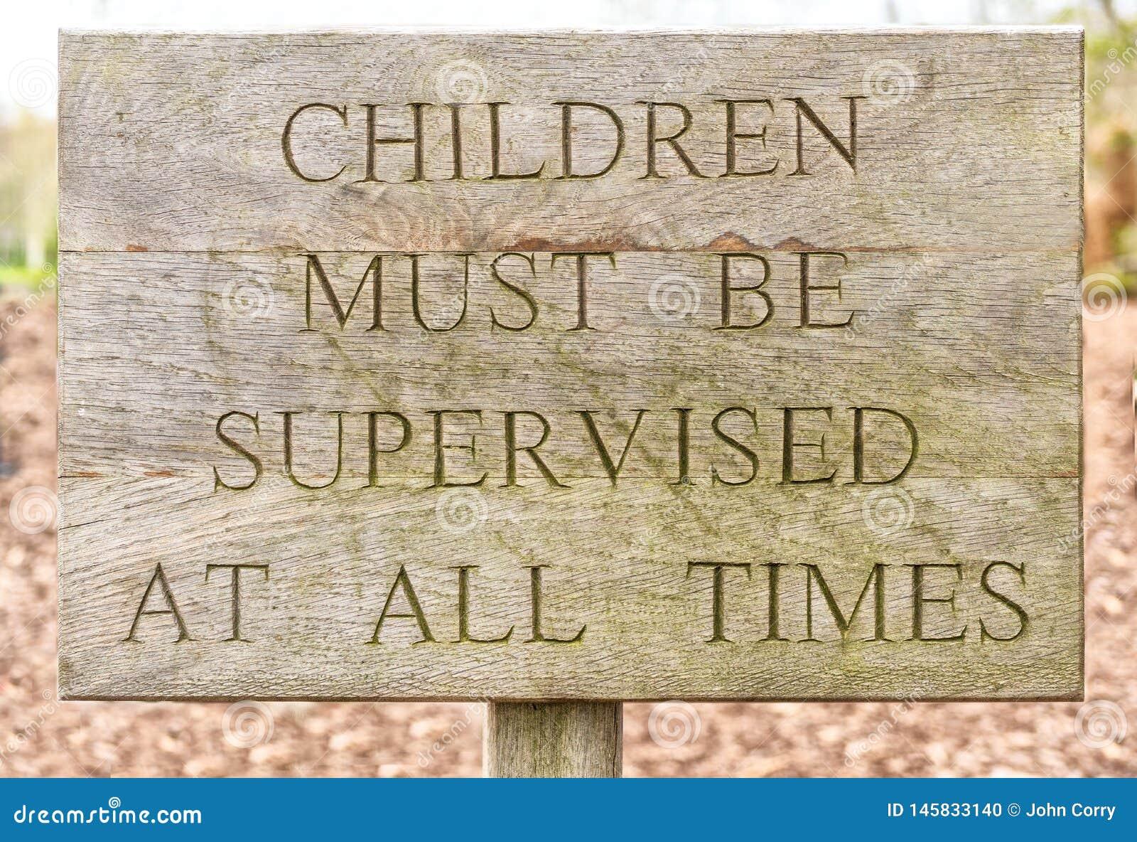 Drewniani dzieci muszą być doglądającym znakiem