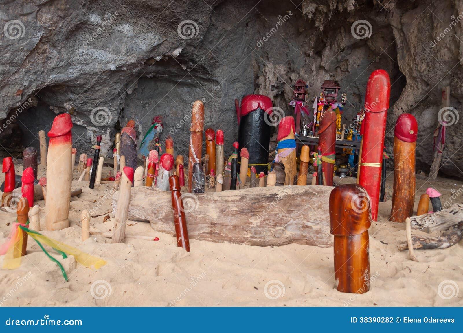Drewniani fallusy w Princess jamie. Railay. Tajlandia