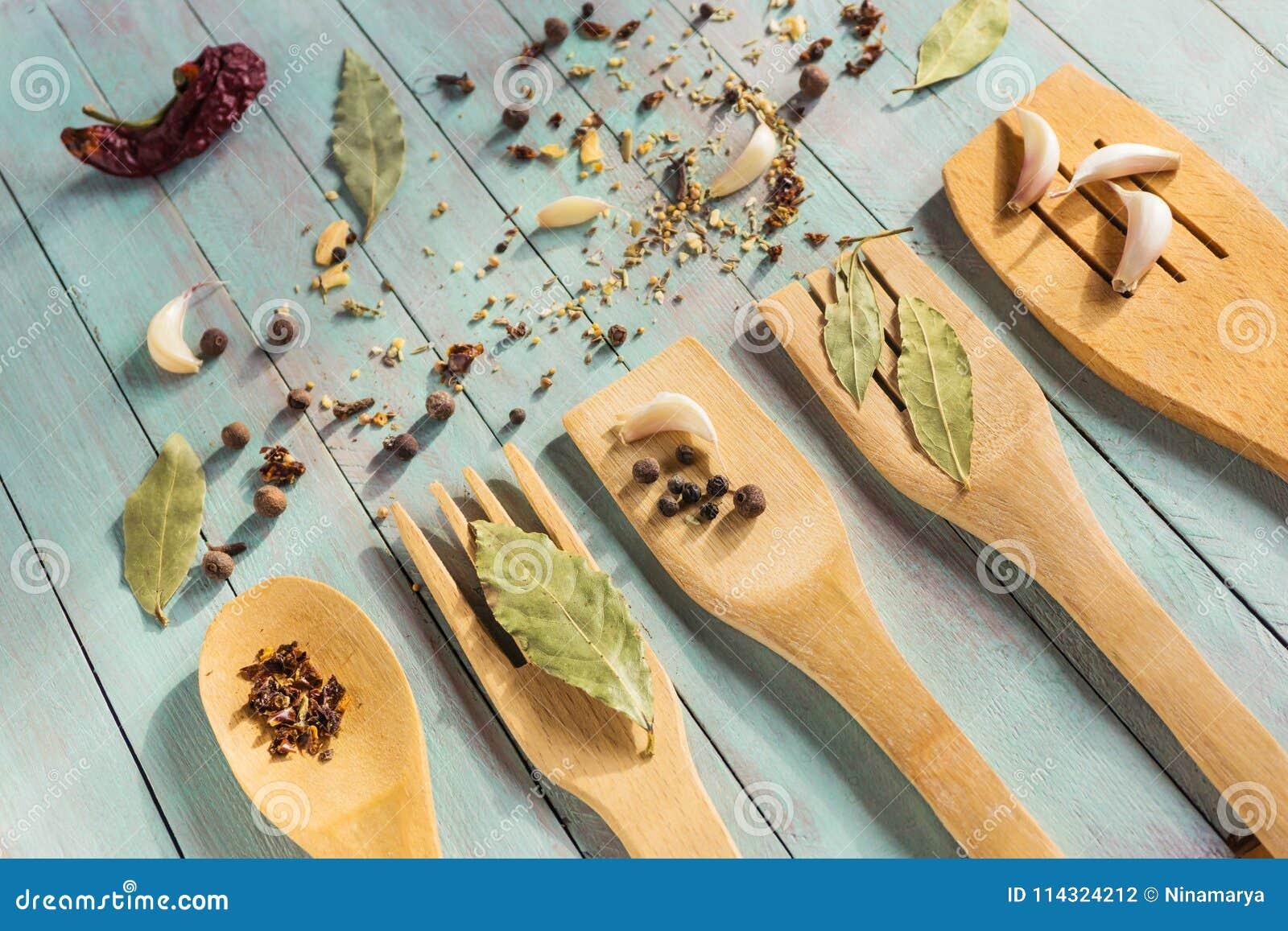 Drewniani kuchenni naczynia dalej i różnorodne pikantność