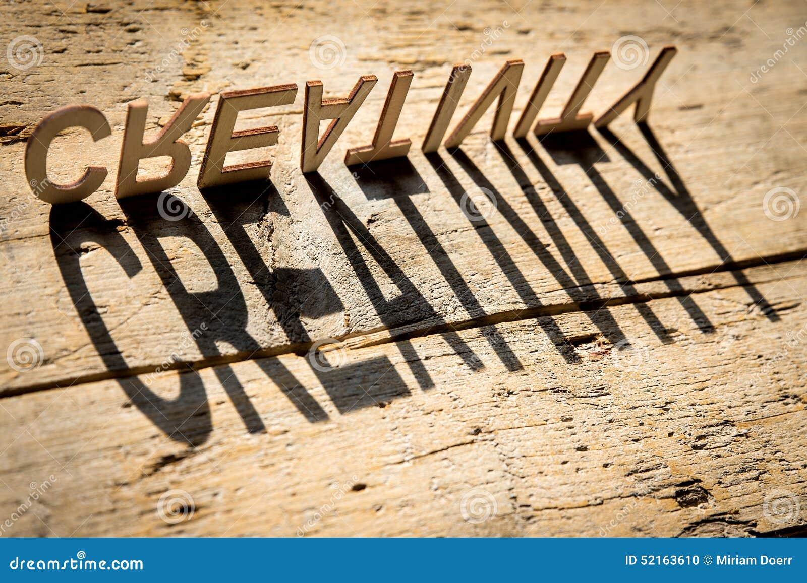 Drewniani listy budują słowo twórczość