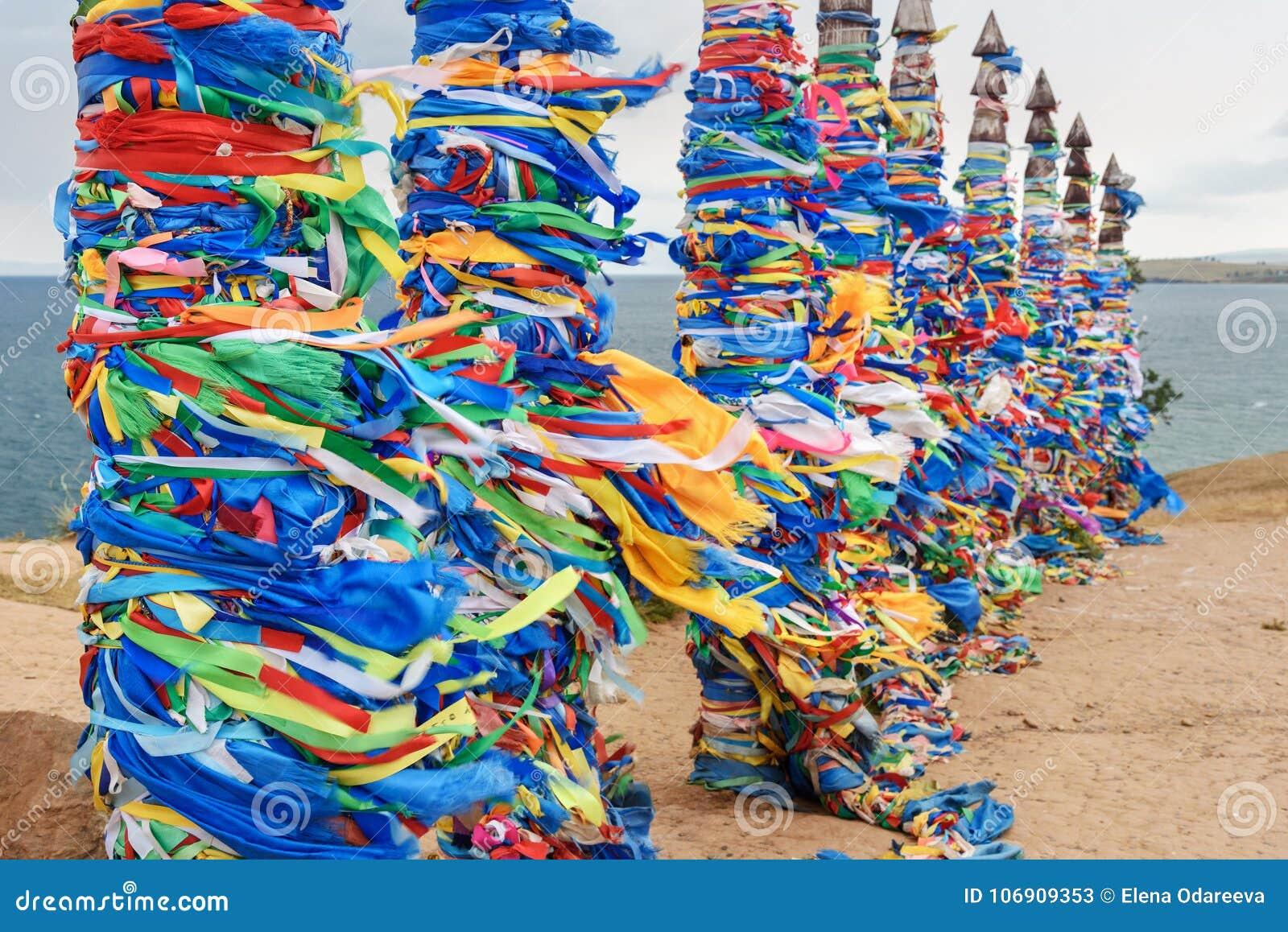Drewniani obrządkowi filary z kolorowymi faborkami Hadak na przylądku Burkhan baikal jeziora baikal jezioro olkhon Rosji wyspy Ro