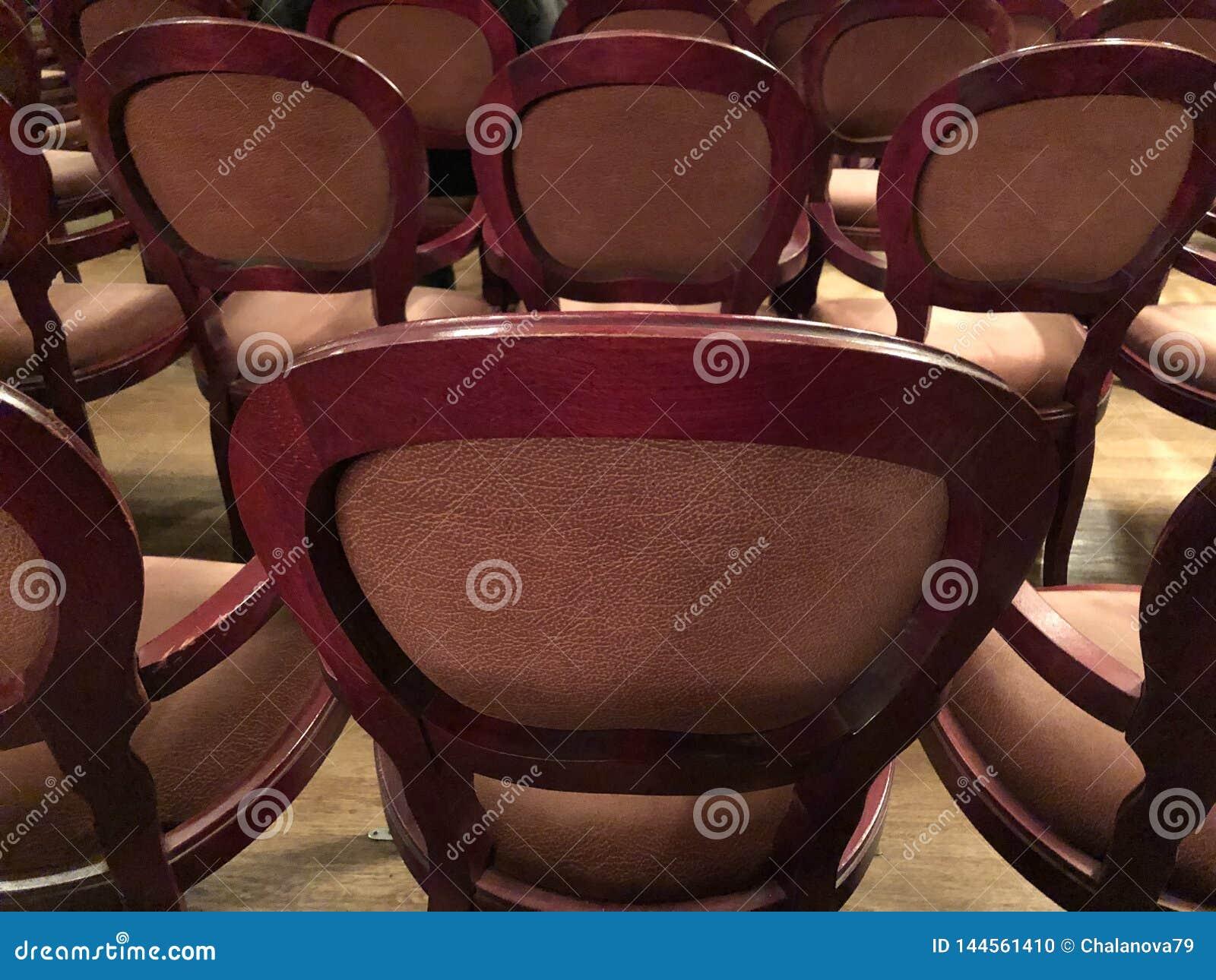 Drewniani retro siedzenia dla widzów w kinie lub teatrze