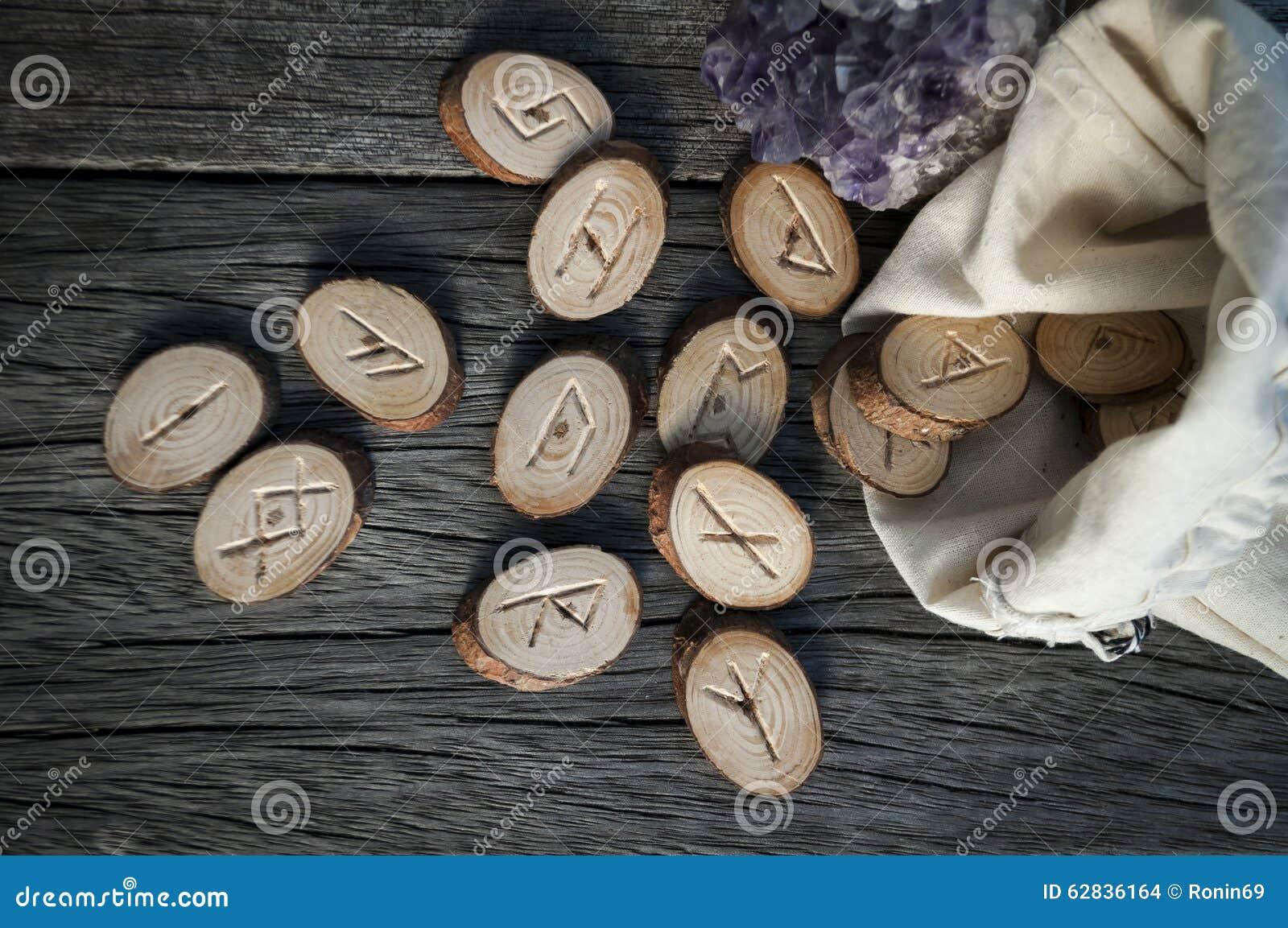 Drewniani runes handmade