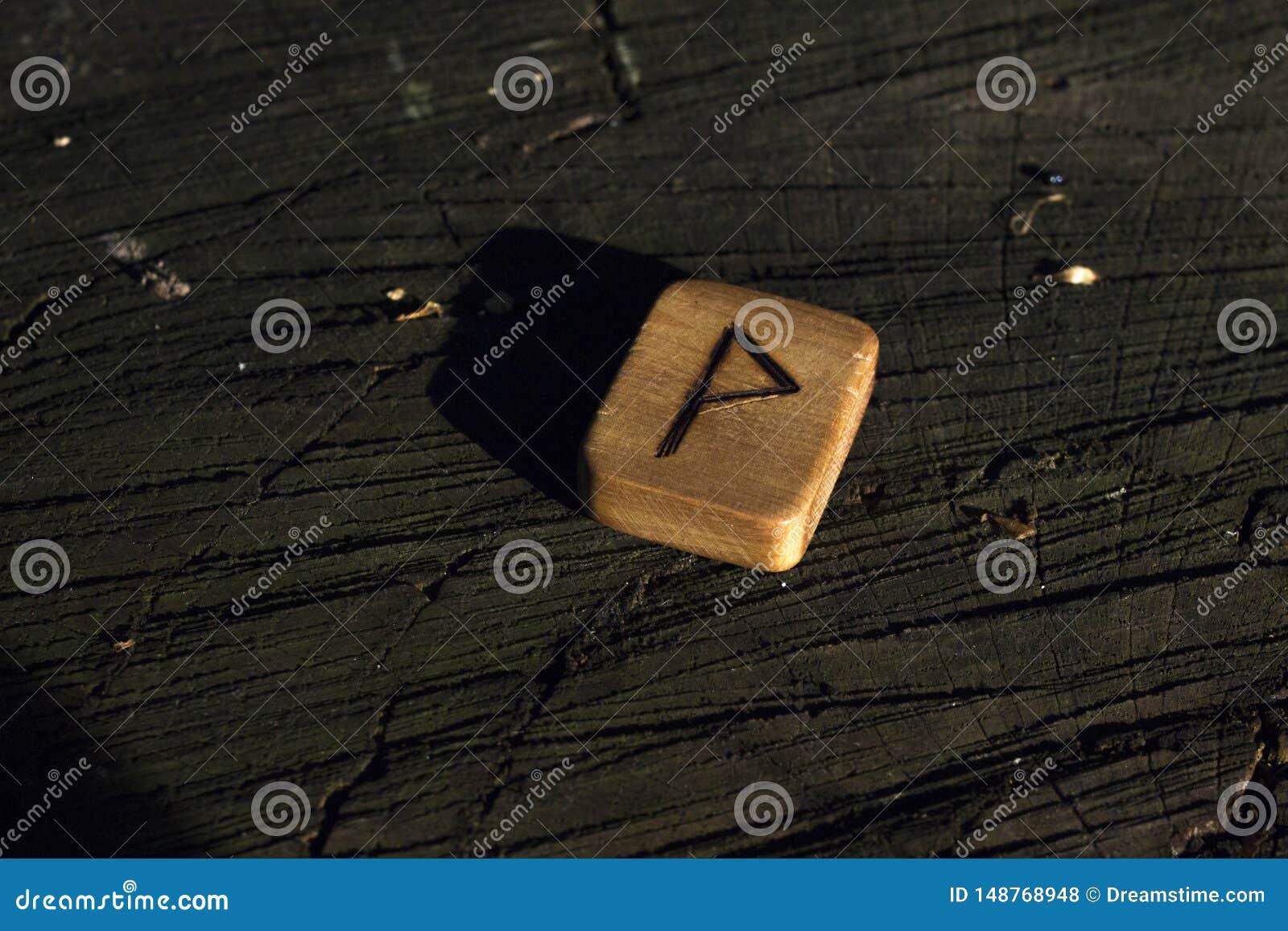 Drewniani runes na fiszorku