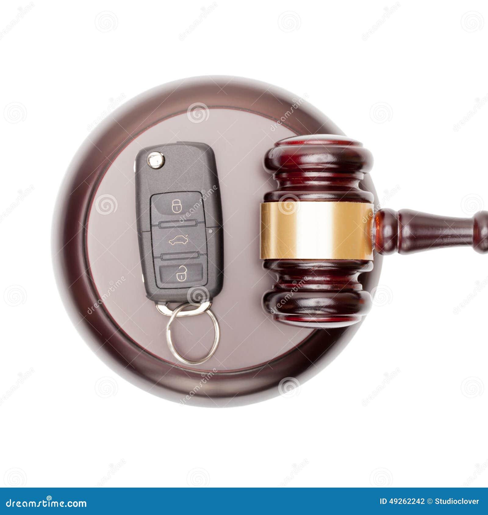 Drewniani sędziego samochodu i młoteczka klucze nad rozsądnym pudełkiem - widok od wierzchołka