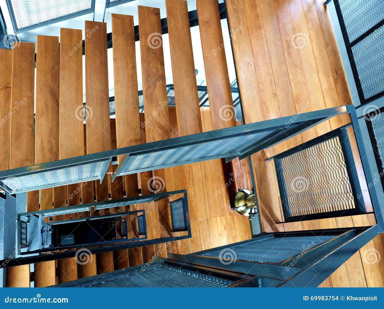 Drewniani schodki przy budynkiem