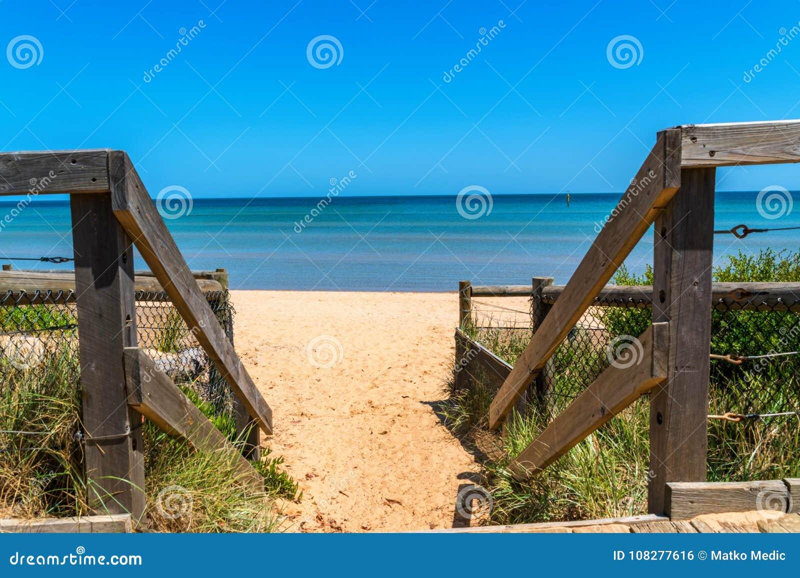 Drewniani schodki przy plażą