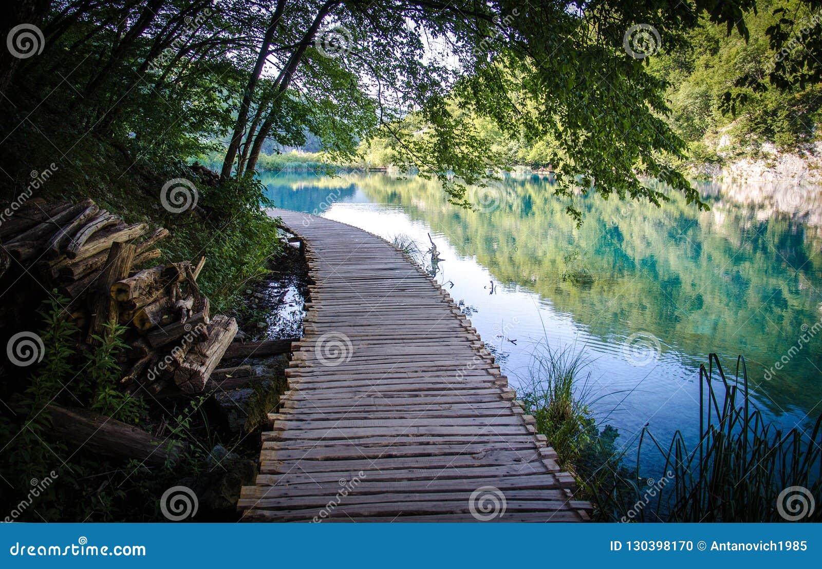 Drewniany ścieżki boardwalk most, parka narodowego Plitvice jeziora, Croa
