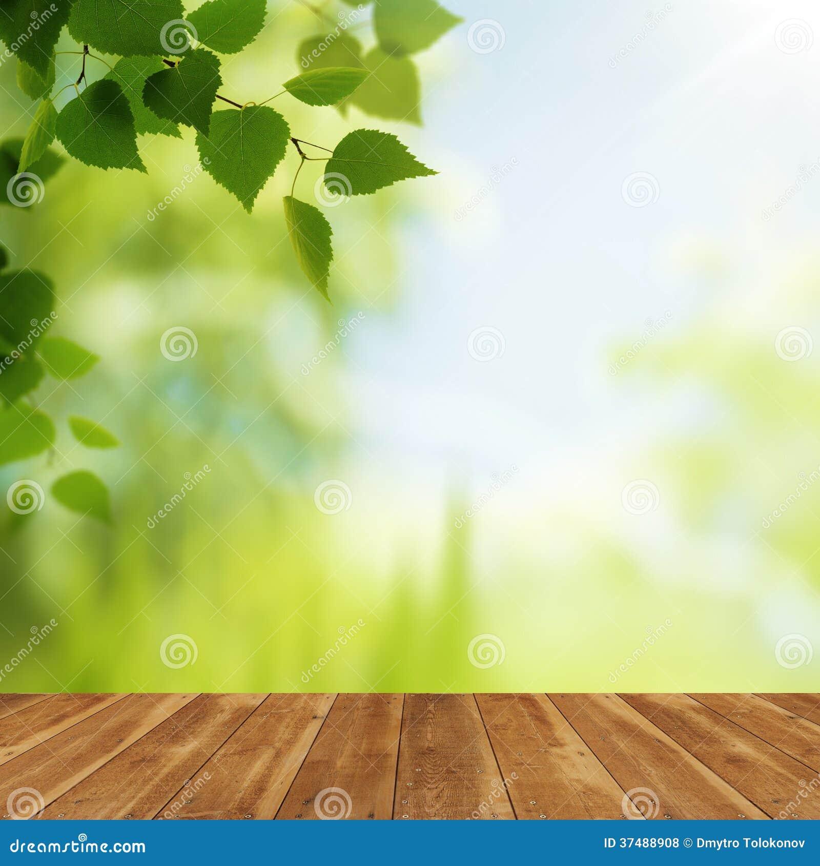 Drewniany biurko przeciw piękno naturalnym tło