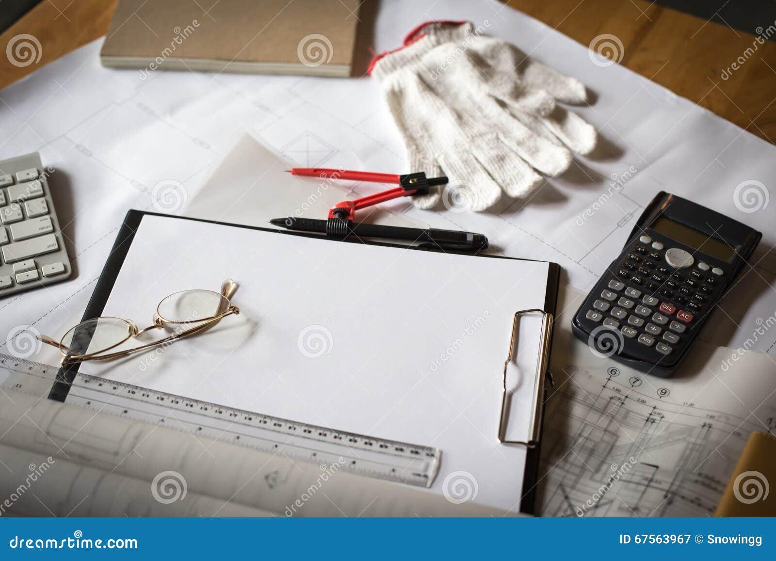 Drewniany biurko z otwartym notatnikiem, projekt staczający się, przysiółek, calcul