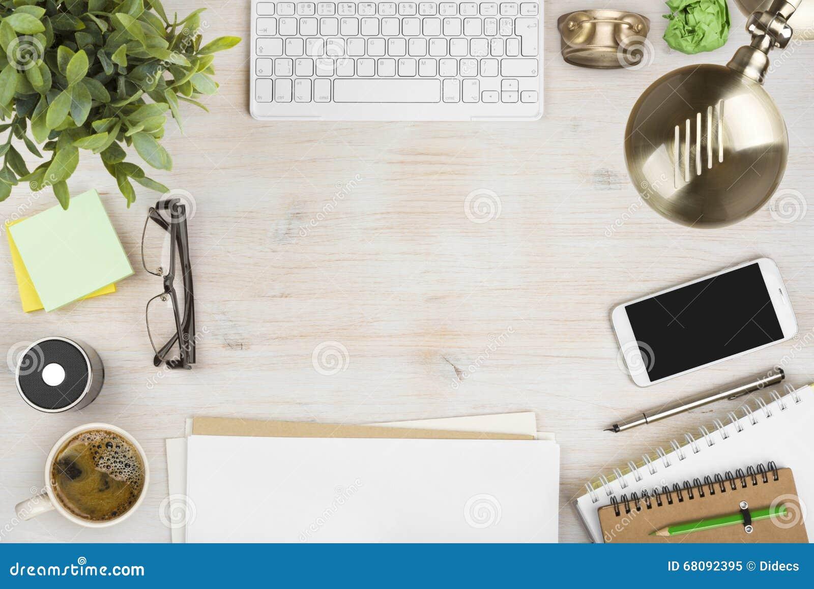 Drewniany biurowy desktop widok z materiały i komputerowymi akcesoriami