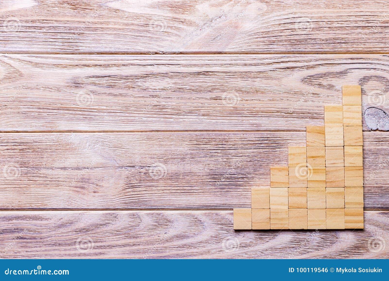 Drewniany bloku sześcian nad czarnym drewnianym textured tłem z kopii przestrzenią dla dodaje słowo teksta tytuł Pojęcie lub konc