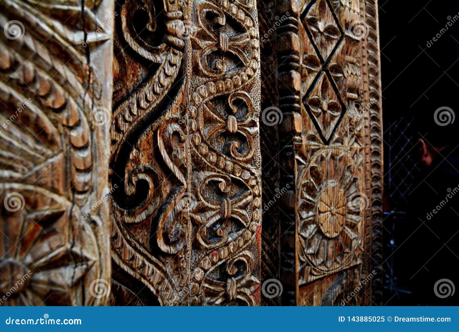 Drewniany cyzelowanie przy indyjską świątynią