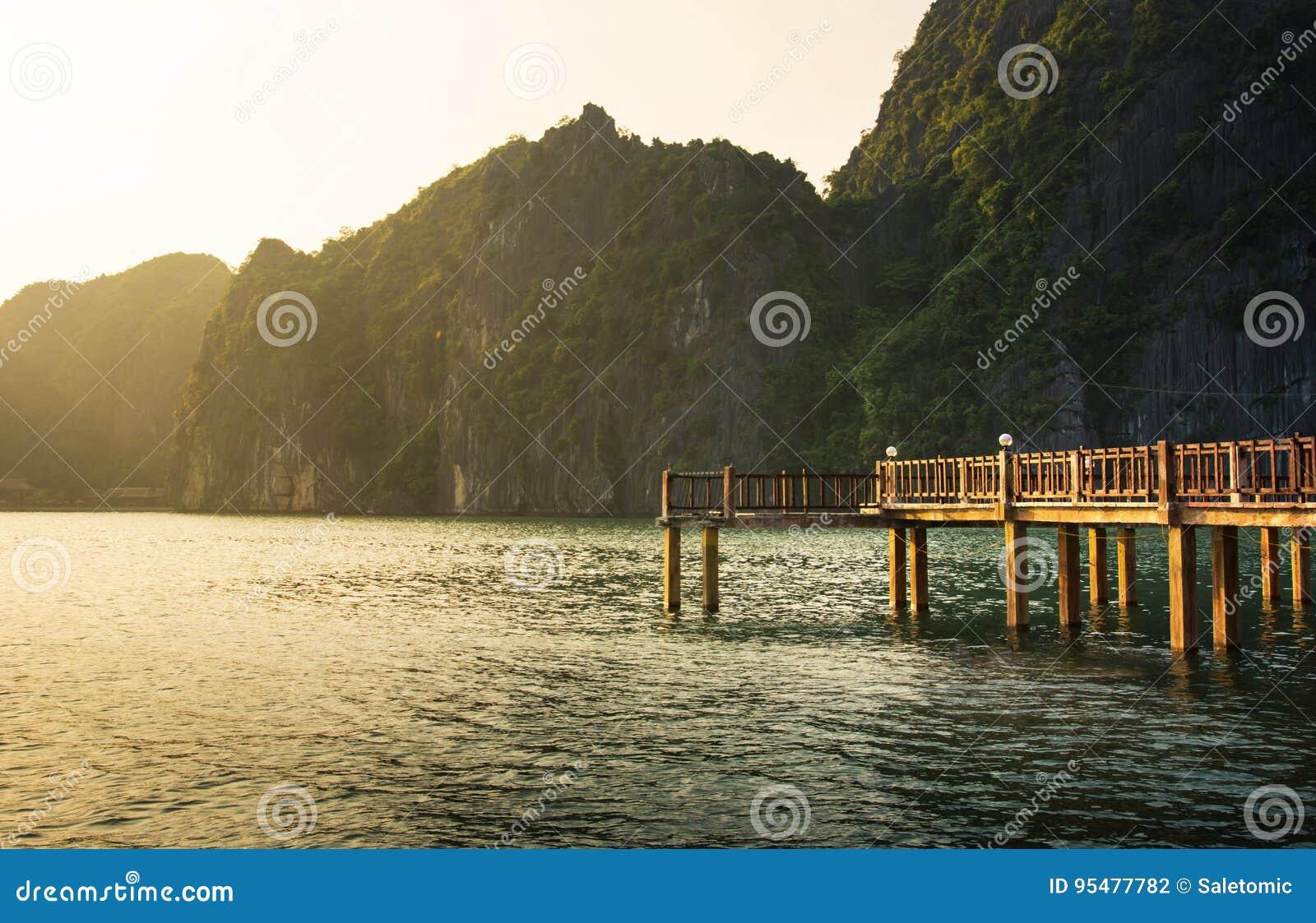 Drewniany dok w tropikalnym raju Halong zatoka Wietnam