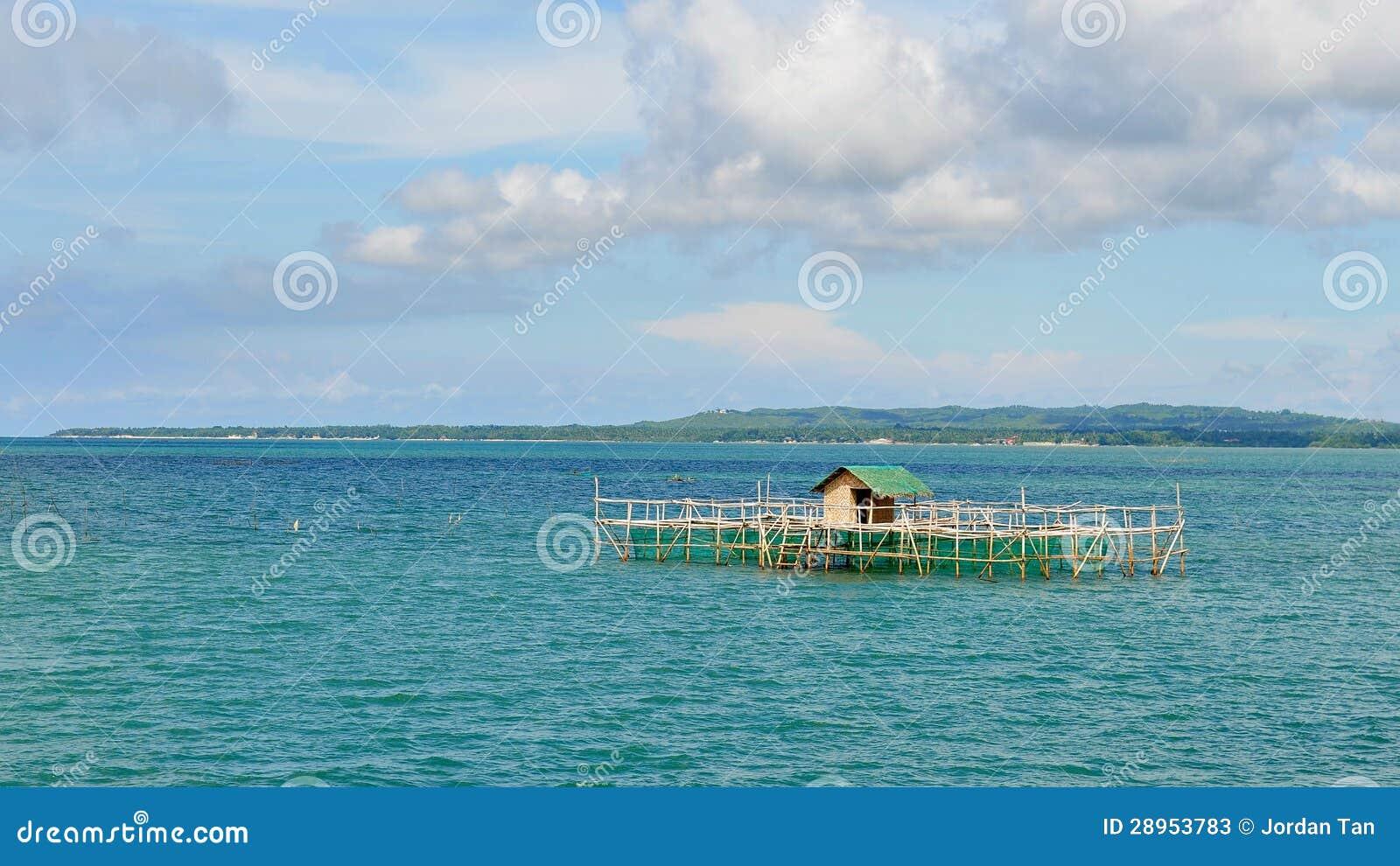 Drewniany dom na stilts przy Cebu morzem
