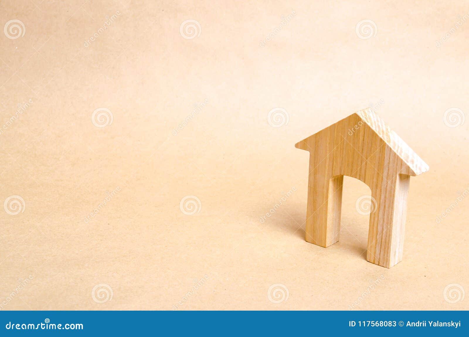 Drewniany dom z drzwi wielkimi stojakami na beżu papieru tle Pojęcie kupienie i sprzedawanie budynek mieszkalny dziejowy