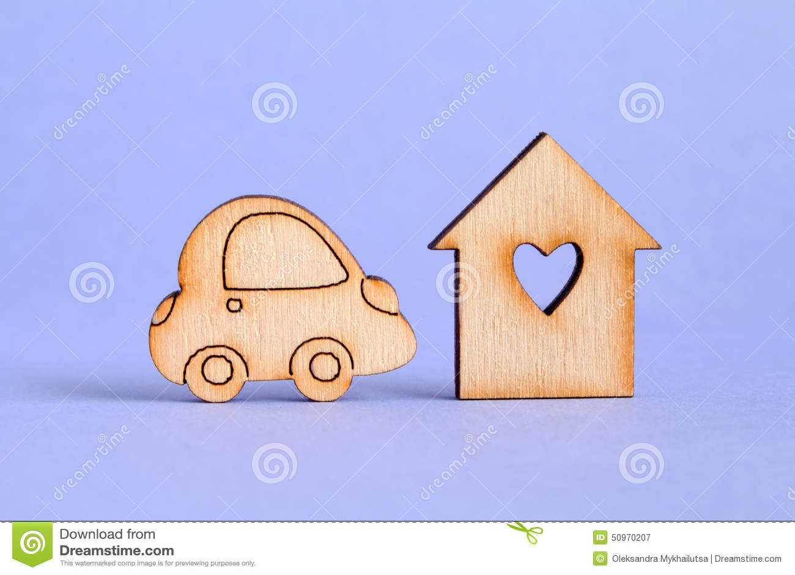 Drewniany dom z dziurą w postaci serca z samochodową ikoną na pur