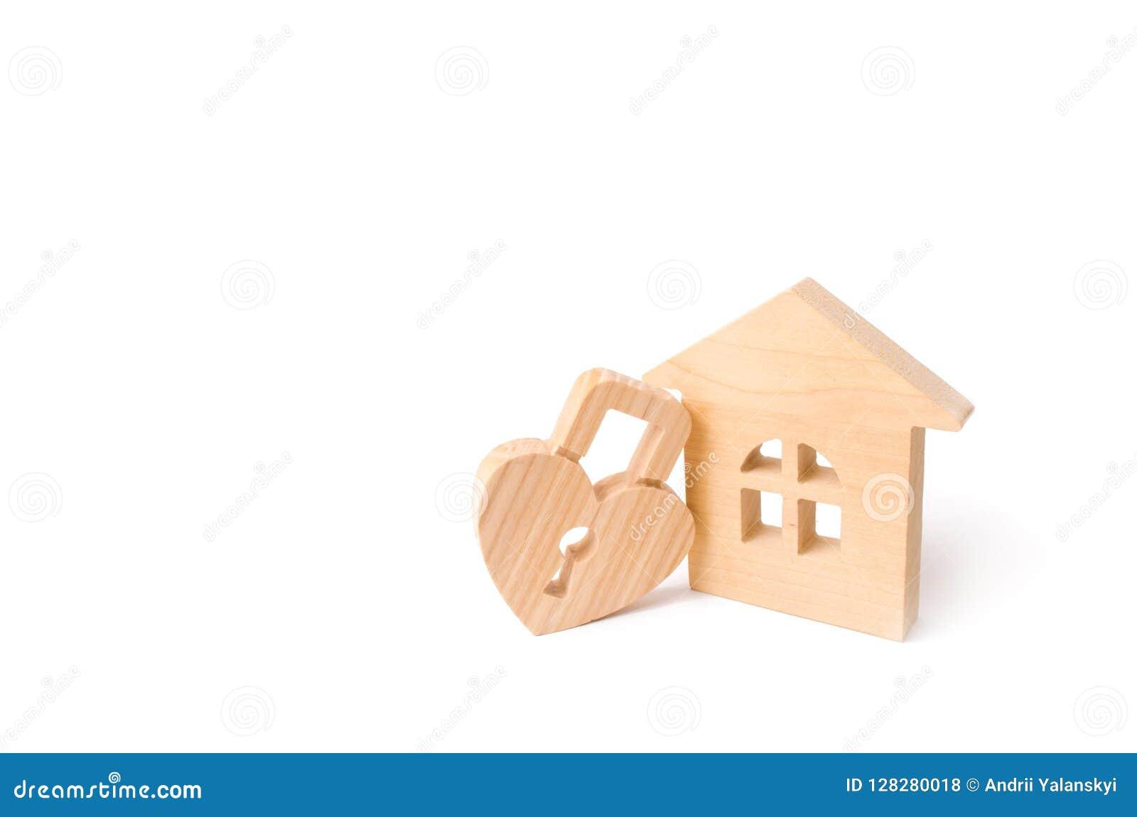 Drewniany dom z sercem kształtował kędziorek na białym tle Miłości gniazdeczko, związki Kupować dom z młodą rodziną