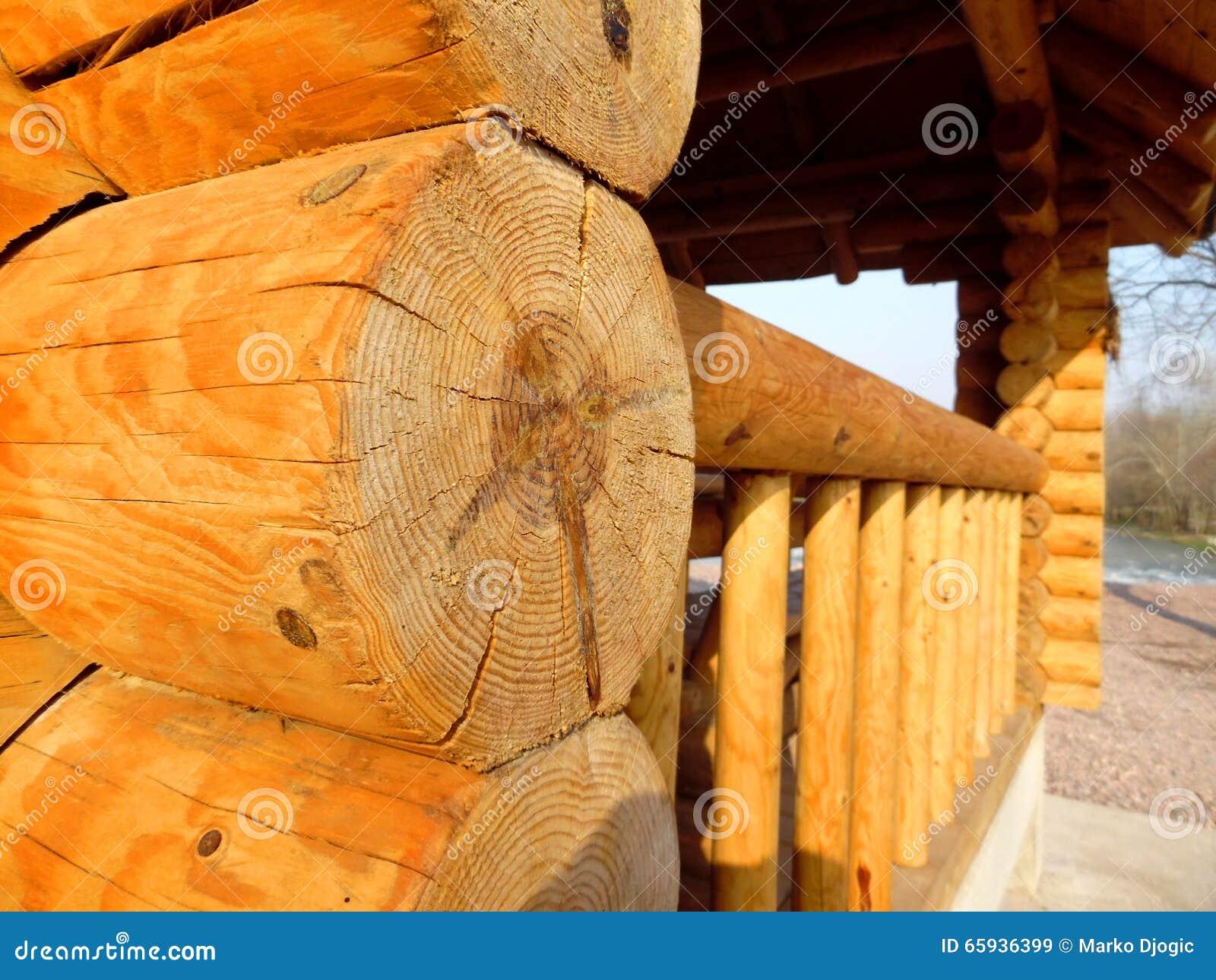 Drewniany dom za rzeką