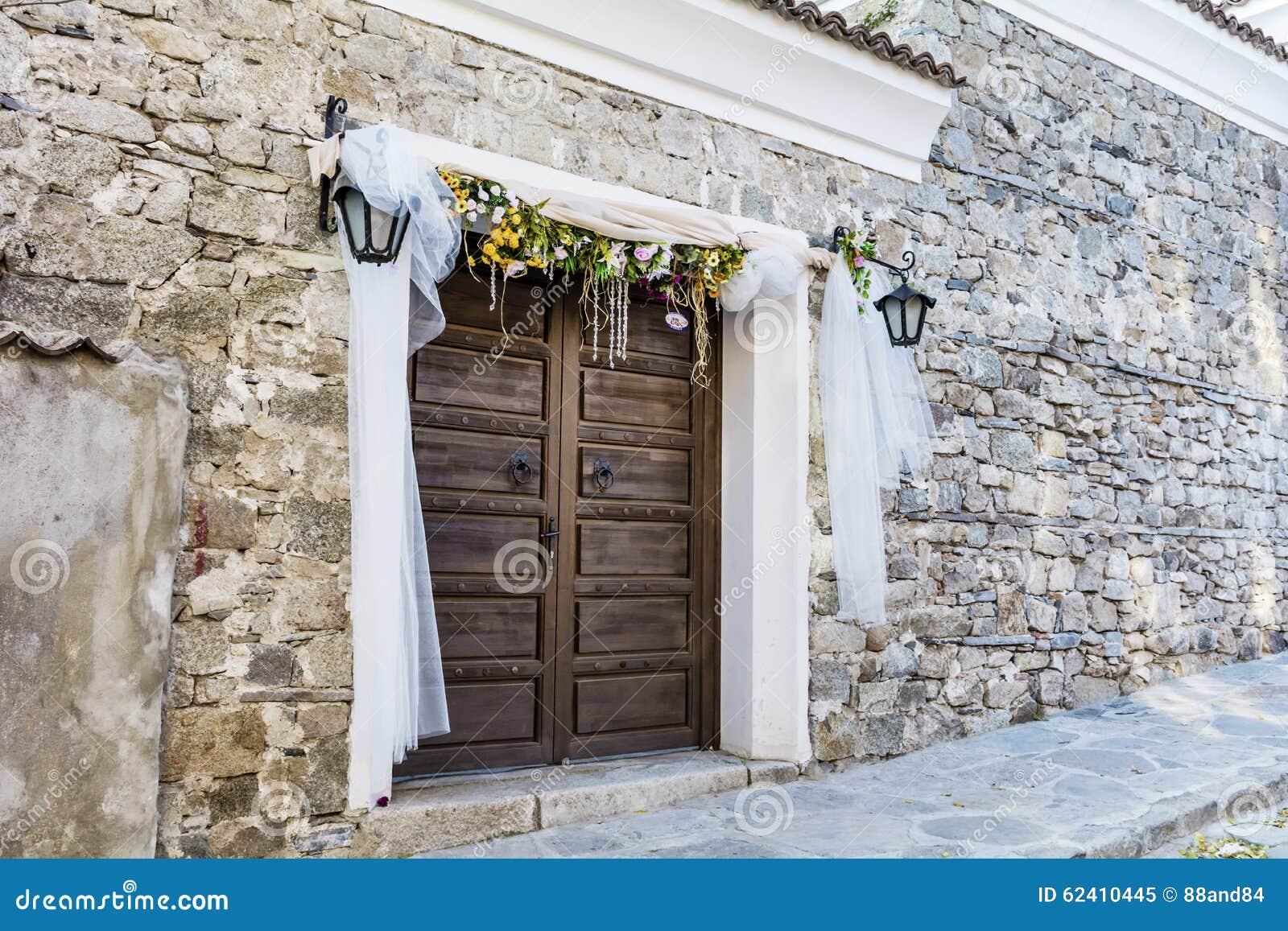 Drewniany Drzwi Z ślubną Dekoracją Obraz Stock Obraz Złożonej Z