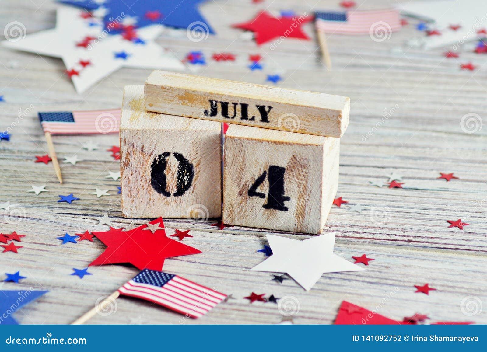 Drewniany kalendarz z datą Lipiec 4, szczęśliwy dzień niepodległości, patriotyzm i pamięć weterani,