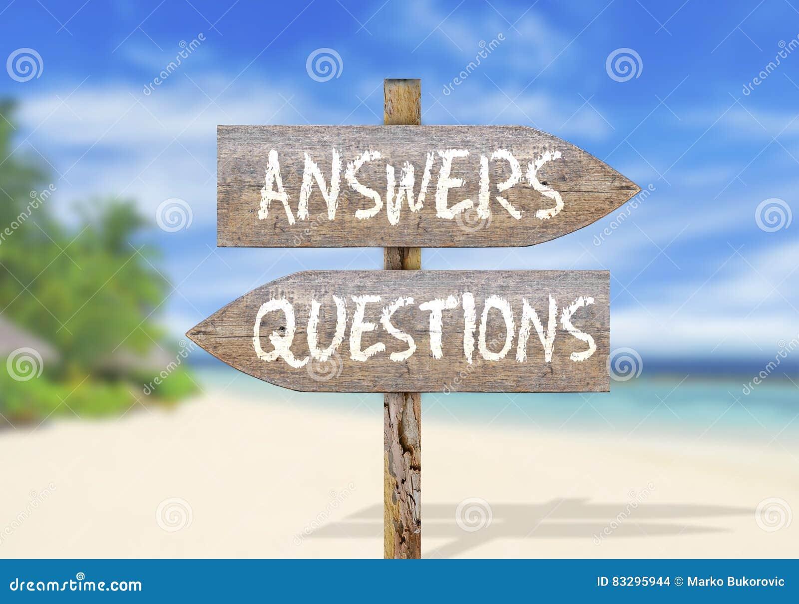 Drewniany kierunku znak z pytanie i odpowiedź