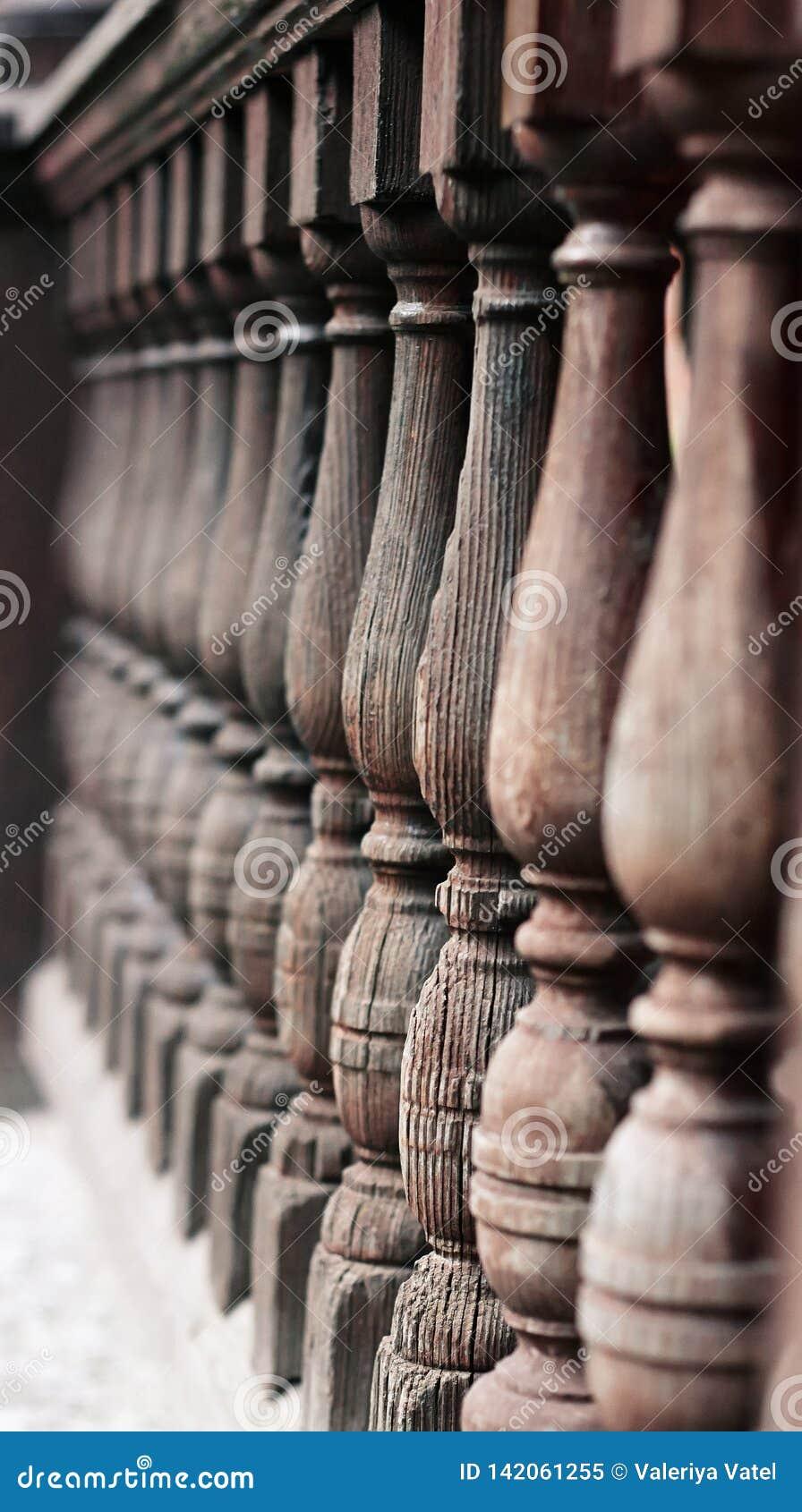 Drewniany, krakingowy od starości obliczał poręcz