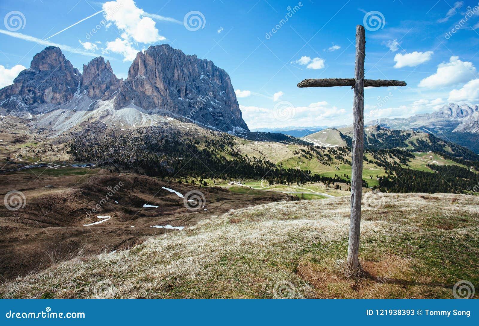Drewniany krzyż na Sella przepustce, Włoscy dolomity