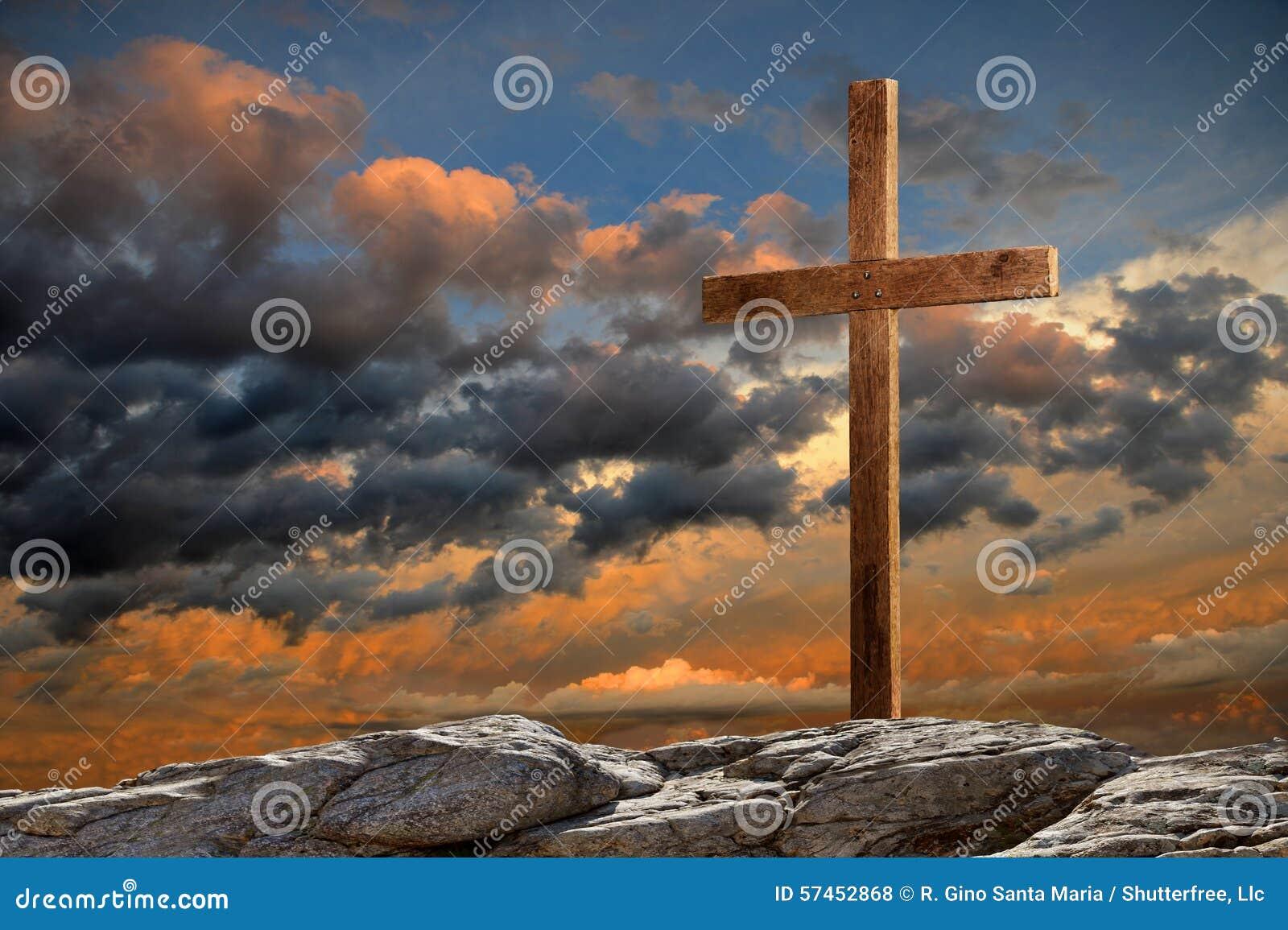 Drewniany krzyż przy zmierzchem