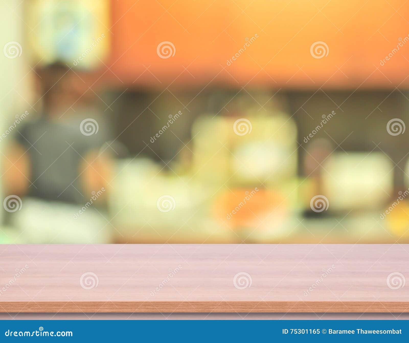 Drewniany kuchenny stołowy wierzchołek z plamy kuchni tłem