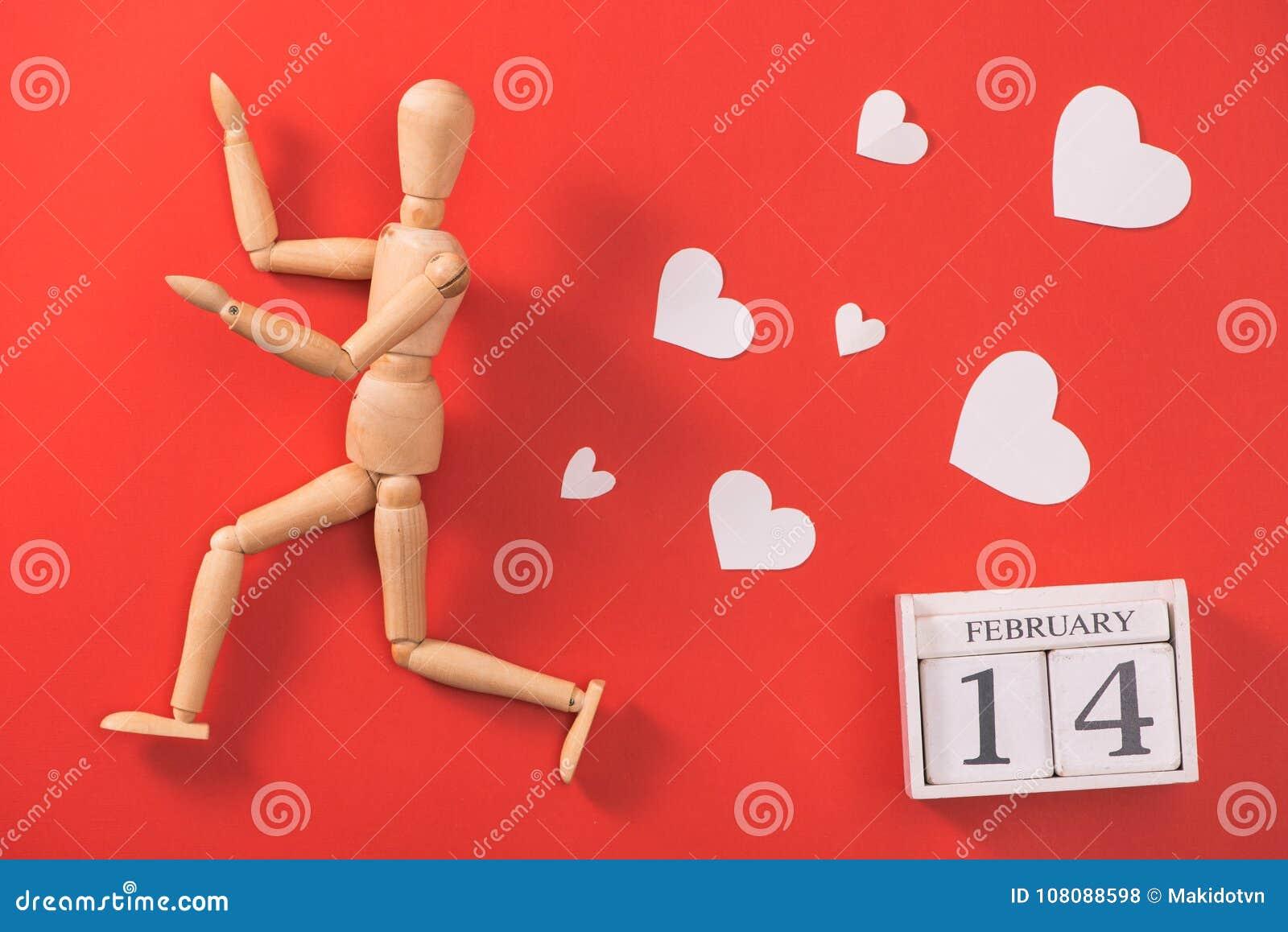 Drewniany mężczyzna postaci bieg uciekać od miłości